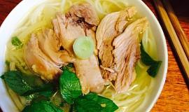 Vietnamská kachní polévka s rýžovými nudlemi a bambusovými výhonky ( Bún ngan )