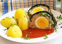 Kapustové listy plněné mletým masem a vejci v omáčce z pasírovaných rajčat