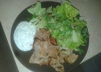 Kuřecí gyros, tzatziky, salátek