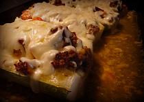 Masovou směsí plněná cuketa, zapečená se sýrem