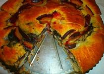 Rolovaný makový koláč se švestkami