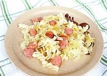 Těstoviny s kysaným zelím a salámem