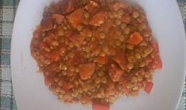 Čočka s rajčaty, paprikou a klobásou.