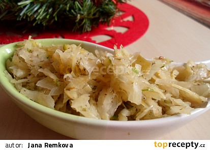 Salát z kysaného zelí, cukety a kopru