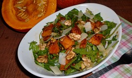 Salát z pečené dýně s rukolou a ořechy