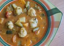 Sytá zeleninová polévka s parmazánovými knedlíčky