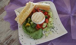 Zeleninový salát s grilovaným Hermelínem a česnekovou bagetou