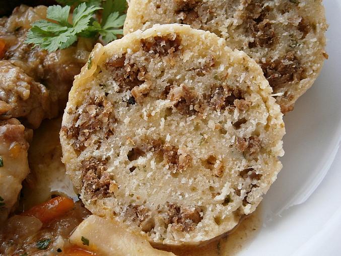 S celozrnným tmavým chlebem,nakrájeným na drobné kostičky