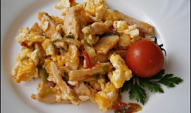 Kuřecí nudličky na zelenině s míchanými vejci
