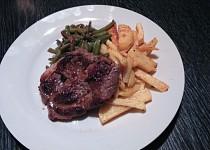 Pepřová krkovička s fazolkami a steakovými hranolky