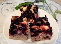 Rybízovo-jablečný koláč s oříškovou příchutí bez lepku, mléka a vajec