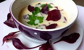 Smetanová polévka z bílé ředkve s lístky řepy