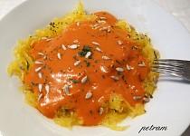 Špagetová dýně s rajčatovo-smetanovou omáčkou