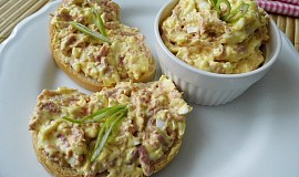 Sýrová pomazánka s uzeninou, vejci a bílou ředkví