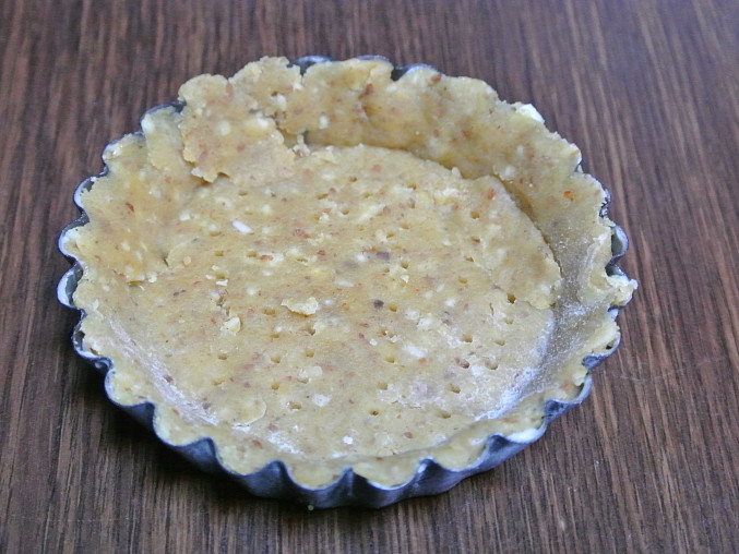 Borůvkové koláčky z mandlového těsta, Formičky na koláčky naplníme těstem