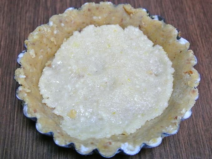 Borůvkové koláčky z mandlového těsta, Na dno přidáme mandlovou hmotu