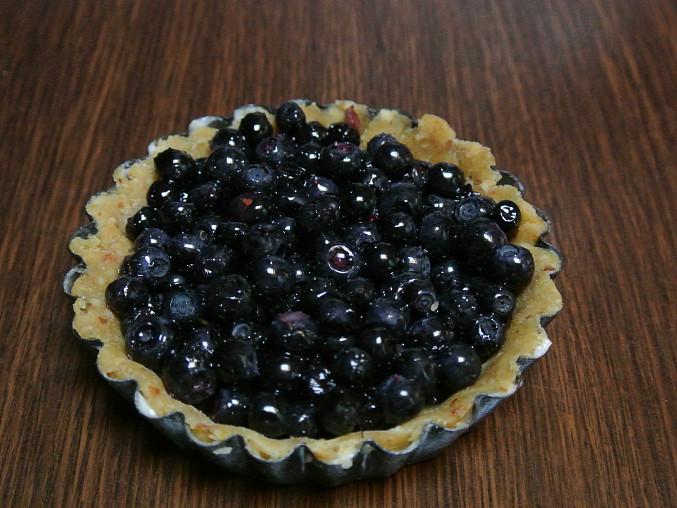 Borůvkové koláčky z mandlového těsta, Naplníme borůvkami