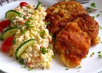 Bramborový salát a kuřecí řízek