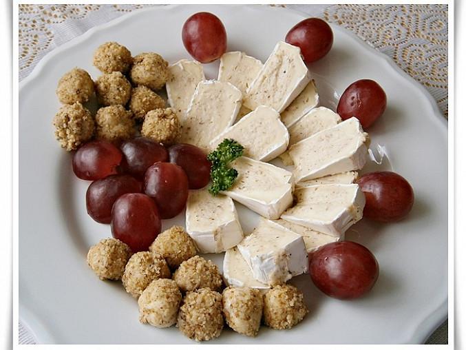 Camembert s chutnou sýrovo - ořechovou náplní, Ze zbytku náplně tvarujeme menší kuličky,které obalíme v nastrouhaných oříšcích
