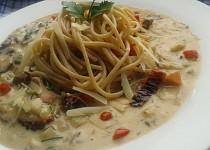 Celozrnné špagety v pikantní omáčce