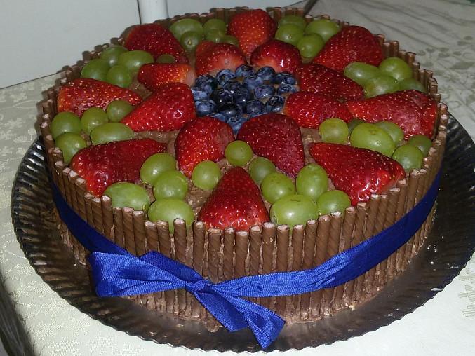 Čokoládový dort s tyčkami a ovocem
