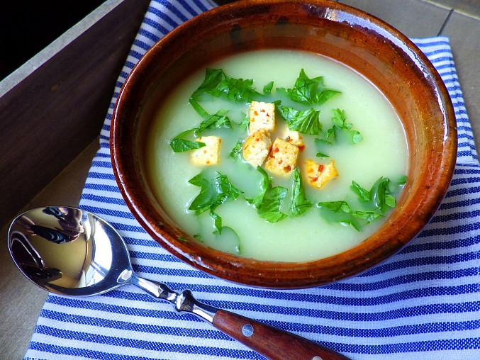 Krémová polévka z tuřínu s opečeným chilli tofu