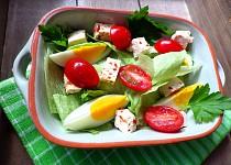Ledový salát s chilli tofu, vejcem a rajčaty