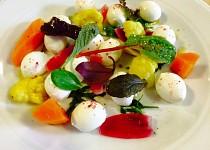 Lehký salátek s mozzarellou, marinovanou zeleninou a prachem z červené řepy