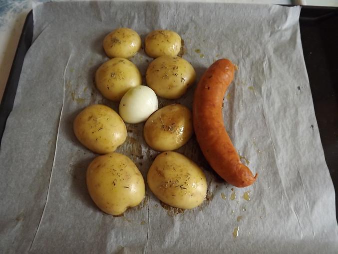 Nové pečené brambory s klobásou