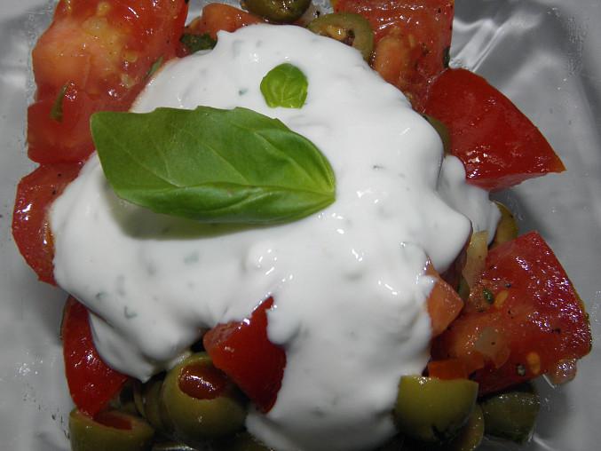 Rajčatový salát s olivami a bazalkou, Rajčatový salát s olivami a bazalkou