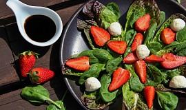 Salát s jahodami a balsamicem