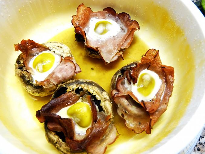 Žampiony  vystlané šunkou a plněné křepelčím vajíčkem