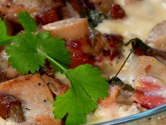 Zapečené gnocchi s vepřovou panenkou, hříbky a sušenou šunkou