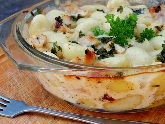 Zapečené gnocchi s kuřecím masem, se třemi druhy sýrů