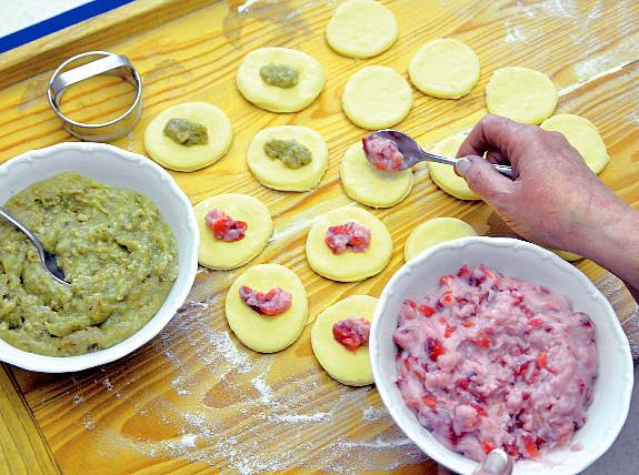 Buchtičkový koláč k uždibování, Do středu každého plátku těsta naložte lžičkou po kousku náplně. Výhodou jsou dvě různé barvy