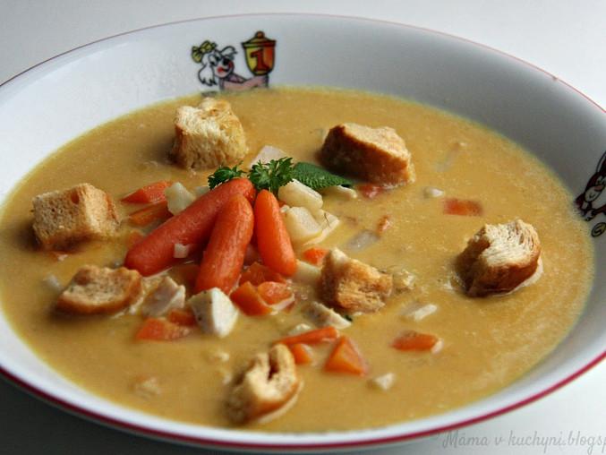 Celerová krémová polévka s mrkví a kuřecím masem
