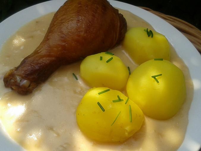 Cibulová omáčka s uzenými kuřecími paličkami