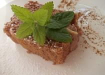 Kakaový dortík s kakaovou polevou.
