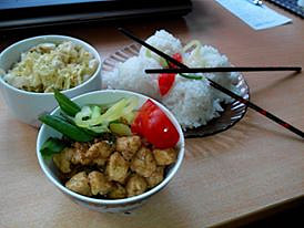 Kuřecí kung pao s rýží a salátem z pekingského zelí
