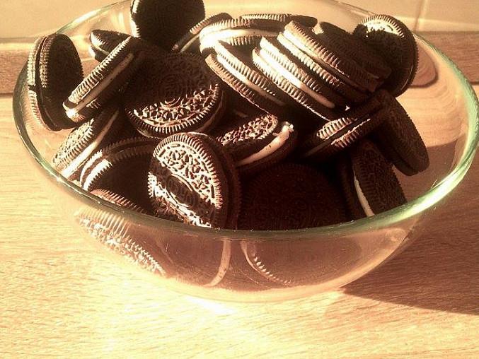 Nepečený jahodovo-čokoládový dortík z Oreo sušenek