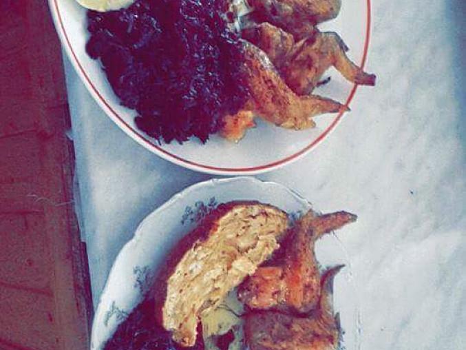 Pečená kuřecí křídla s nádivkou, zelím a knedlíkem