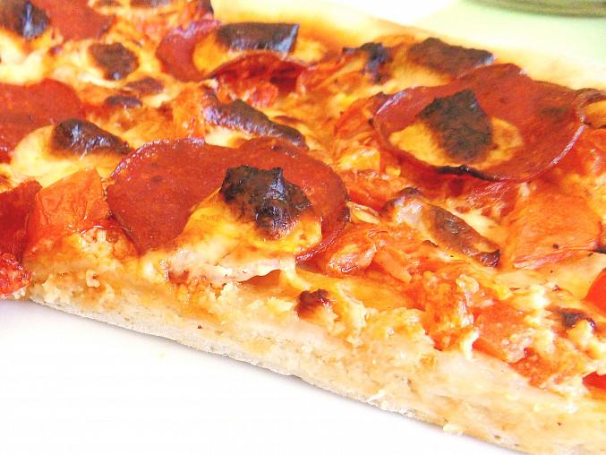 Pizza s balkánským sýrem, salámem a zeleninkou