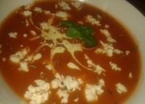 Rajčatová polévka s balkánským sýrem