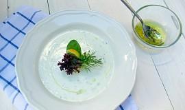 Slavnostní okurková polévka s limetkovým olejem (studená)