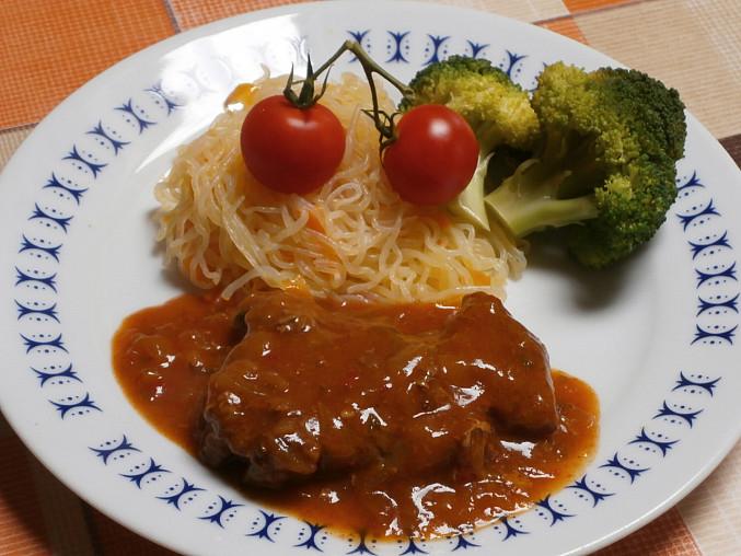 """Vepřová krkovice s brokolicí, dušená na cibuli, se zeleninovými špagetami """"Perfect Pasta"""""""