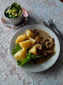 Včerejší kotleta na houbách, ale místo barevné rýže byly brambory a salát.