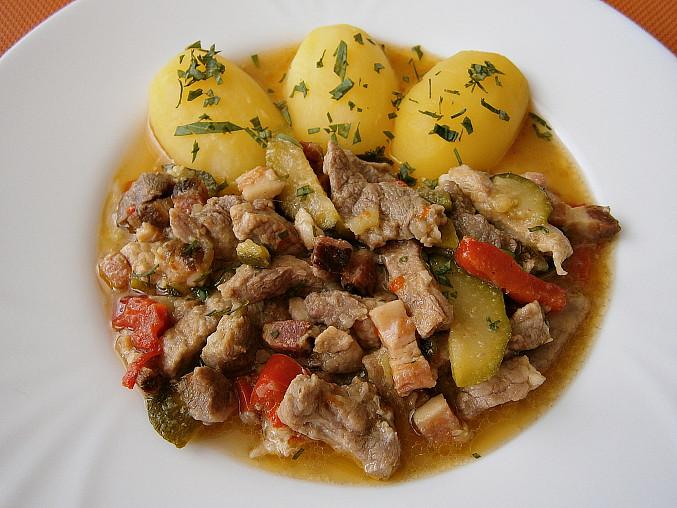 Vepřové nudličky s uzeným bůčkem a zeleninou(v papiňáku), Vepřové nudličky s uzeným bůčkem a zeleninou s bramborem