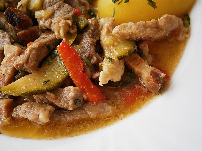 Vepřové nudličky s uzeným bůčkem a zeleninou(v papiňáku), Detail masa s přírodní šťávou