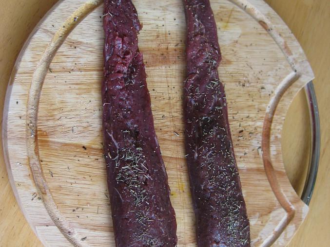 Zajíc pečený na cibuli a tymiánu