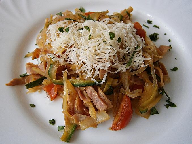 Zeleninové špagety se šunkou a zeleninou, Zeleninové špagety se šunkou a zeleninou,posypané sýrem